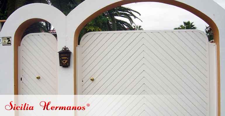 Puerta abatible lacada en blanco espiga