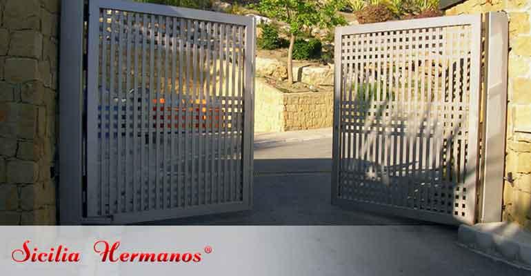 Puerta automática abatible