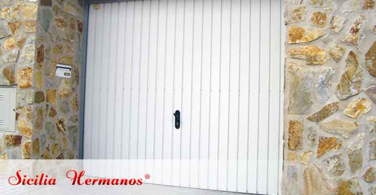Puerta automática basculante de muelles
