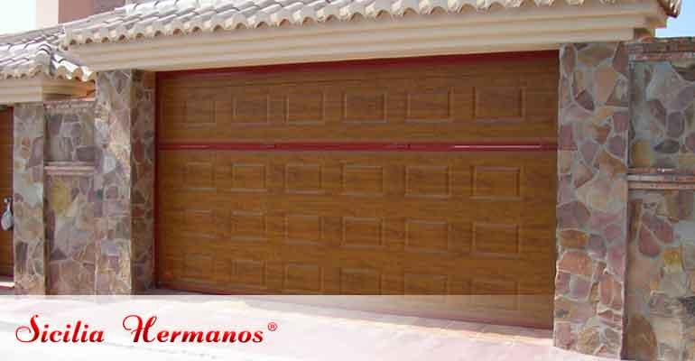 Puerta automática contrapesada en madera