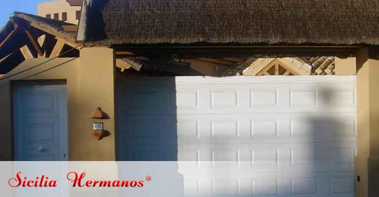 Puerta corredera con panel cuarteron